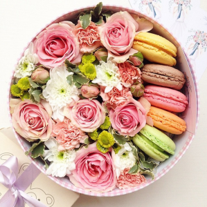 Коробка с цветами и сладостями, креативным шоколадом, печеньем, макарунами