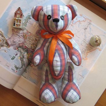 Купити ведмедика, іграшколий ведмедик. Ведмедик в клітинку. Іграшки ручної роботи. Ведмедик з квітами в подарунок.