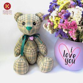 Ведмедик в клітинку. Іграшки ручної роботи. Ведмедик з квітами в подарунок.