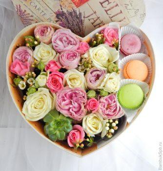 Коробка з квітами і макарунами у формі серця