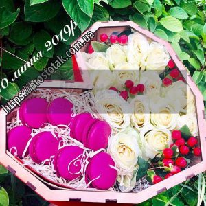 Коробка с цветами и макарунами под заказ