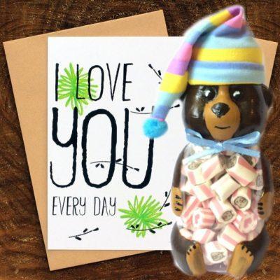I love you открытка. Дизайнерские открытки. Баночка мишка. Сладости в подарок.