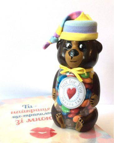 """<a href="""""""" rel=""""noopener"""" target=""""_blank""""><strong>ЗАМОВИТИ </strong></a>Баночка мишка с конфетами М&Ms. Классный подарок ко дню рождения."""