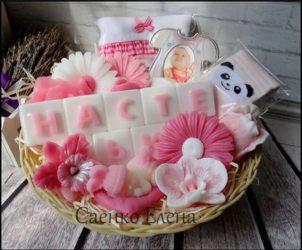 "Подарунковий набір для новонародженого і мами з подарункового мила. Мило ручної роботи. Сувенірна мило. Натуральне мило. <a href=""http://prostotak.com.ua/uk/product-category/gifts/handmade-ua/milo-ruchna-robota/""><strong>ЗАМОВИТИ</strong></a>"