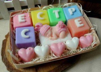 "Викласти слово із мила.  <a href=""http://prostotak.com.ua/ru/shop/podarki-novorozhdennym/bukovki-iz-myla/""><strong>ЗАКАЗАТЬ</strong></a>Мило кубики для дітей. Подарунок сестрі."