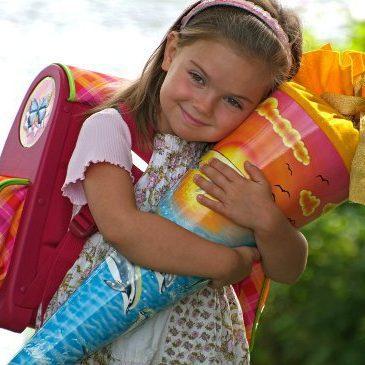 Подарунок на 1 вересня для дитини першокласника. Подарунок для хлопчика або дівчинки. Кульок із подарунками (Schultuten) Україна.