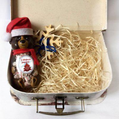 Новогодняя подарочная коробка чемодан с декором
