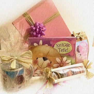 НЕДОРОГОЙ Подарок девушке с чашкой, чаем и макарунами, фото наборов