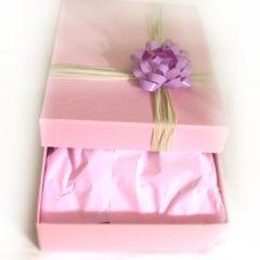 Подарок в розовой коробке