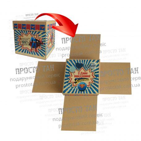 """Коробка КУБ 20х20х20см с распашными сторонами - <a href=""""http://prostotak.com.ua/uk/shop/podarunkovi-korobki-uk/dlya-ditej/korobka-kub-dlya-podarunka-wowbox4v1-superman/""""><strong>ЗАМОВИТИ</strong></a>"""