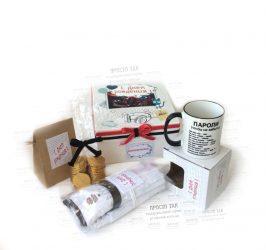 Подарунковий набір для друга. Коробка біла 20Х20х10см, чашка, футболка, солодощі.