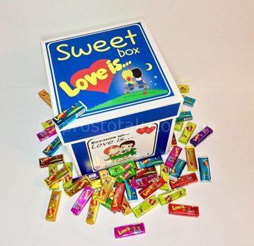 Подарунок для дівчині в коробці куб Love is 20Х20Х20см.