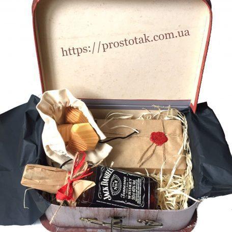 """Подарочный набор для мужчины <h3><a href=""""http://prostotak.com.ua/ru/shop/podarunkovi-korobki/dlya-muzhchin/nabor-s-viski-dzhek-deniels-v-korobke-chemodan-29x22x10-sm/"""">Заказать</a></h3>"""