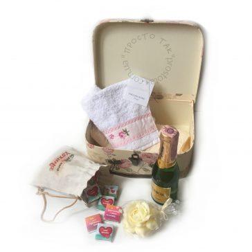 Набір в коробці валізі з шоколадом і спиртним