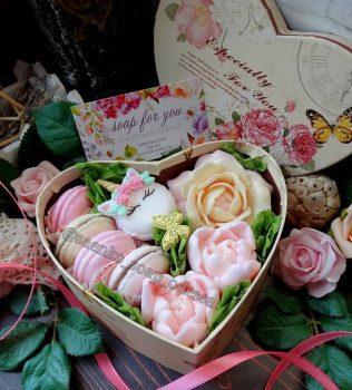 Подарункове мило бутони і макаруни в коробці серце