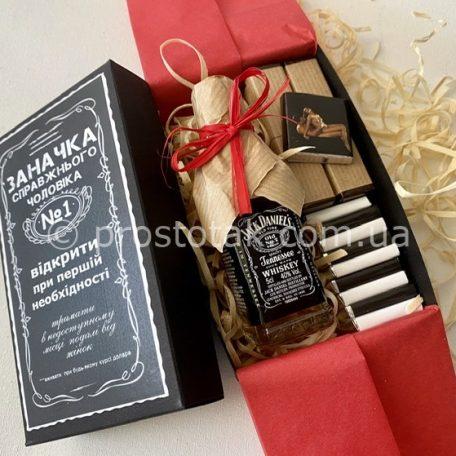 "Еротичний подарунок для дорослого<h3><a href=""http://prostotak.com.ua/uk/shop/podarunkovij-kreativ/prikolni-nabori/nabir-zanachka-z-viski-jack-daniels-i-shokoladom/"">Замовити</a></h3>"