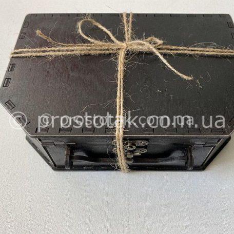 """Оригінальний подарунок для чоловіка із доставкою<h3><a href=""""https://prostotak.com.ua/uk/shop/upakuvannya-dlya-podarunkiv/valizi/derevyanij-chemodan-chornogo-koloru/"""" rel=""""noopener noreferrer"""" target=""""_blank"""">Замовити валізу для подарунків</a></h3>"""