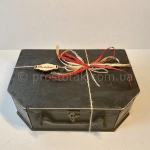 Деревянные чемоданы с подарками