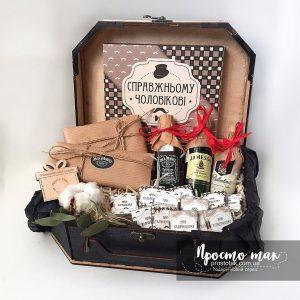 Подарок для мужчины в деревянной коробке чемодан