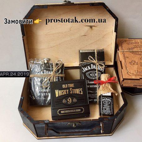 """Подарочные наборы для мужчин<h3><a href=""""http://prostotak.com.ua/ru/shop/podarunkovi-korobki/dlya-muzhchin/pape/derevyannyj-podarochnyj-boks-stones-for-whiskey/"""" rel=""""noopener noreferrer"""" target=""""_blank"""">Заказать</a></h3>"""
