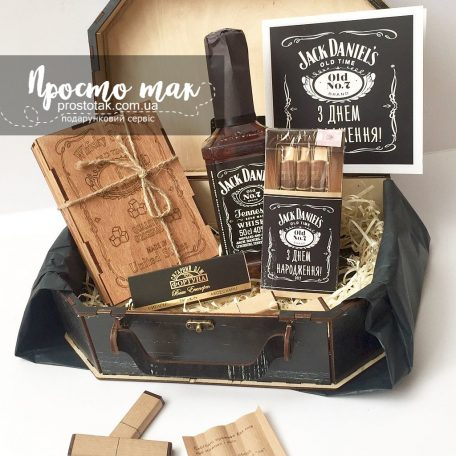 "Набір ""З Днем народження!"" в стилі Jack Daniel's<h3><a href=""http://prostotak.com.ua/uk/shop/podarunkovi-korobki-uk/dlya-cholovikiv/tatovi/nabir-z-dnem-narodzhennya-v-stili-jack-daniels/"">Замовити</a></h3>"