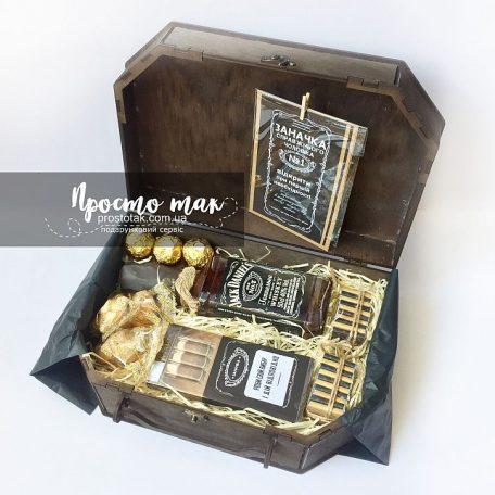 """Подарок для мужчины в коробке чемодан<h3><a href=""""http://prostotak.com.ua/ru/shop/podarunkovi-korobki/dlya-muzhchin/pape/nabor-dlya-muzhchiny-robi-svij-vibir-i-dij-vidpovidno/"""" rel=""""noopener noreferrer"""" target=""""_blank"""">Замовити</a></h3>"""