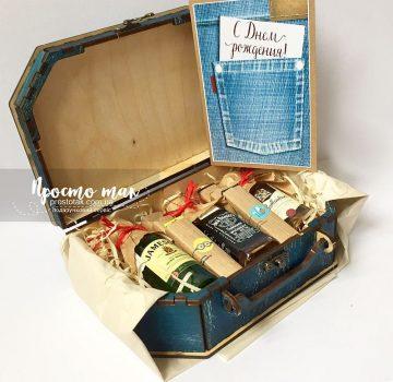 В чемодані із дерева gift box Kiev