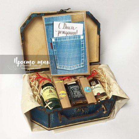 "Чоловічий чемодан подарунків на день народження<h3><a href=""http://prostotak.com.ua/ru/shop/podarunkovi-korobki/dlya-muzhchin/pape/nabor-dlya-muzhchiny-denim/"">Замовити  </a></h3>"