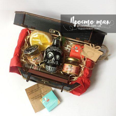 "Подарки для мужчин в коробках из дерева<h3><a href=""http://prostotak.com.ua/ru/shop/podarunkovi-korobki/dlya-muzhchin/pape/nabor-v-stile-minimalizm-z-tekiloj-kah-anejo-mini/"">Заказать</a></h3>"
