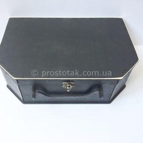 "Чемодан черного цвета из дерева<h3><a href=""http://prostotak.com.ua/ru/shop/podarochnaya-upakovka/chemodanchiki/derevyannyj-chemodan-chernogo-cveta/"" rel=""noopener noreferrer"" target=""_blank"">Заказать</a></h3>"