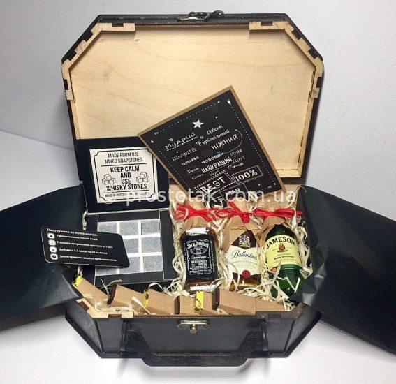 Купить подарок в коробке чемодан из дерева в Украине.