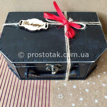 "Купить деревянные коробки чемоданы<h3><a href=""http://prostotak.com.ua/ru/shop/podarochnaya-upakovka/chemodanchiki/derevyannyj-chemodan-chernogo-cveta/"" rel=""noopener noreferrer"" target=""_blank"">Заказать</a></h3>"
