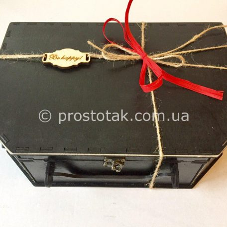 "Купить деревянные коробки чемоданы <h3><a href=""http://prostotak.com.ua/ru/shop/podarochnaya-upakovka/chemodanchiki/derevyannyj-chemodan-chernogo-cveta/"" rel=""noopener noreferrer"" target=""_blank"">Заказать</a></h3>"