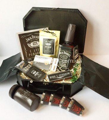 Подарок мужчине с виски Jack Daniels, флягой Jack Daniels и металлическими стопочками