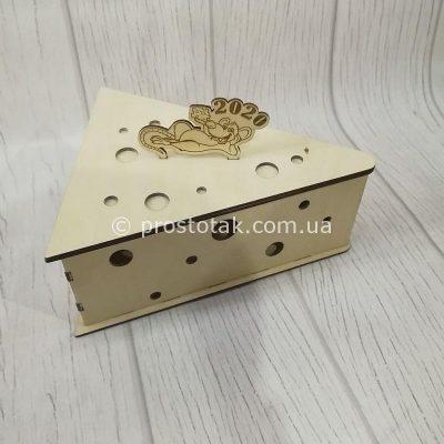 Новогодняя деревянная коробка 2020 в виде ломтика сыра