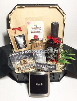 Подарок для любимого человека в коробке чемодан.