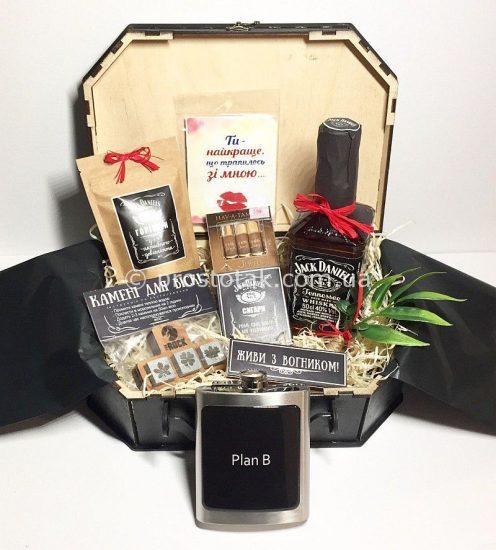 Подарунок для коханого чоловіка в коробці валізі