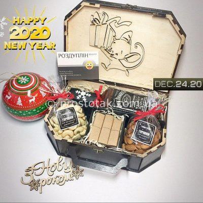 Подарок на Новый год в деревянном чемодане купить в Киеве
