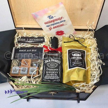 podarok lubimomy v korobke chemodan Jack Daniels