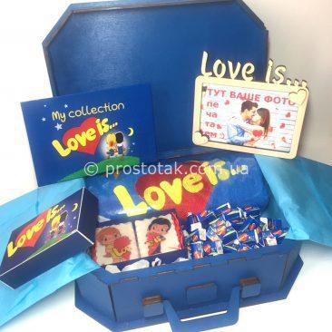 Набор в деревянном чемодане 100шт жвачек love is....