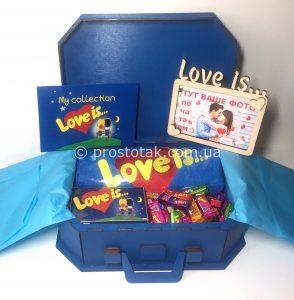 Набор в деревянном чемодане с полотенцем love is