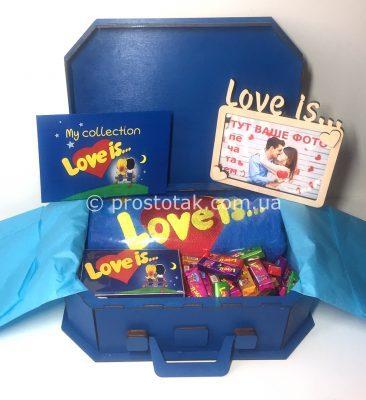 Набір в дерев'яній валізі з рушником love is