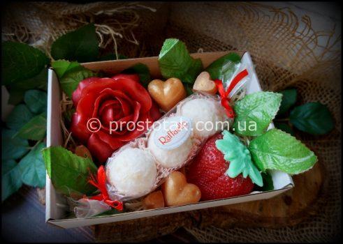 Подарок на 14 февраля набор мыла с клубникой.