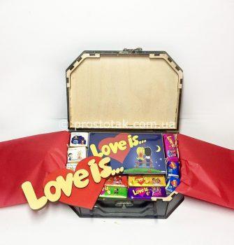 Набір love is ... №5 в дерев'яній валізі Kiev