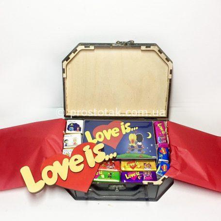 "Набір love is ... №5 в дерев'яній валізі<h3><a href=""http://prostotak.com.ua/uk/shop/podarunkovi-korobki-uk/dlya-zhinok/podruzi/nabir-love-is-5-v-derevyanij-valizi/"" rel=""noopener noreferrer"" target=""_blank"">Замовити</a></h3>"