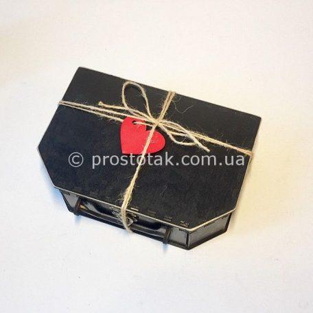 Деревянная коробка чемодан с этикеткой сердце