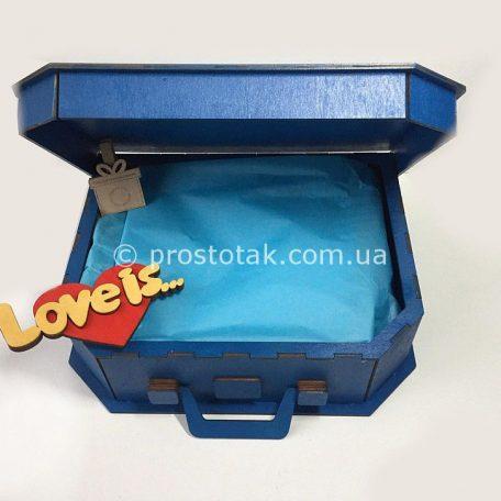 "Коробка валіза  для подарунків серії Love is ...<h3><a href=""http://prostotak.com.ua/uk/shop/upakuvannya-dlya-podarunkiv/valizi/korobka-valiza-iz-dereva-love-is/"" rel=""noopener noreferrer"" target=""_blank"">Замовити</a></h3>"
