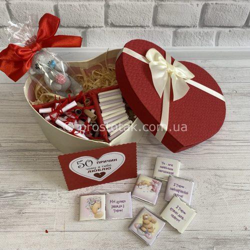 Подарок в коробке сердце