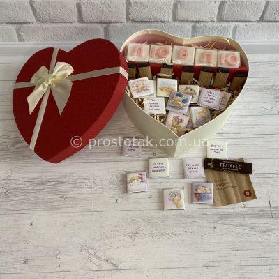 Подарок в коробке сердце красного цвета