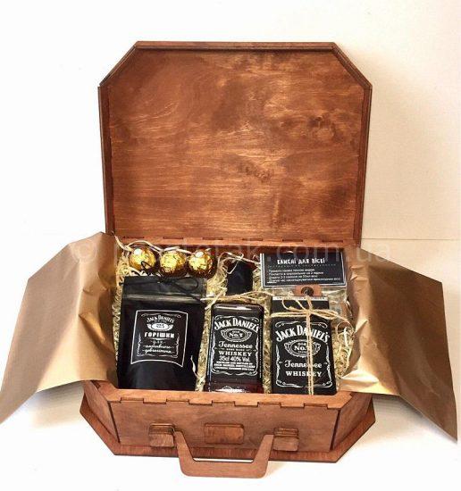 VIP подарунок для чоловіка на день народження - дерев'яний бокс із спиртним Jack Daniel's (0,35л)